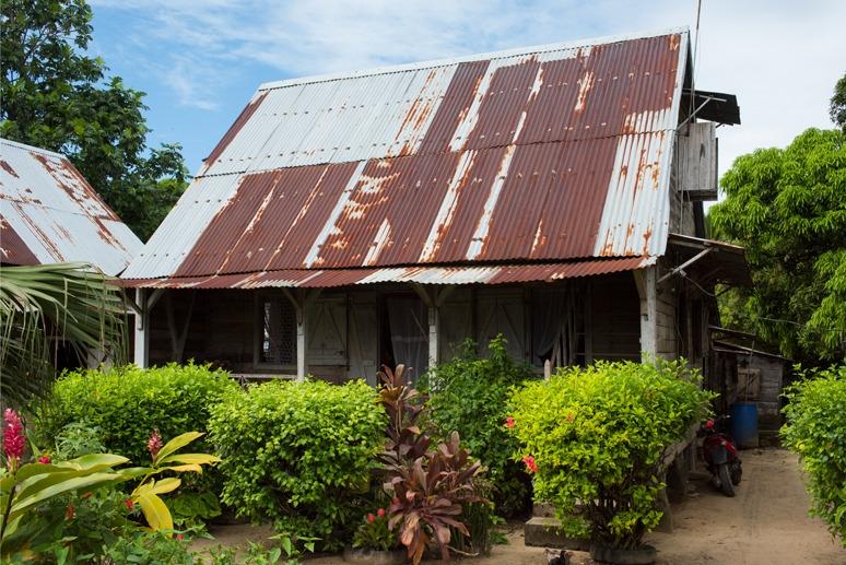 Elogeo madagascar sites maison au grand toit de t le d 39 ambodifotatra la for Maison toit tole